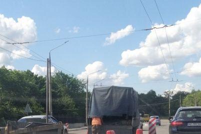 na-zaporozhskoj-plotine-dneproges-avtomobili-snova-stoyat-v-kilometrovoj-probke-video.jpg