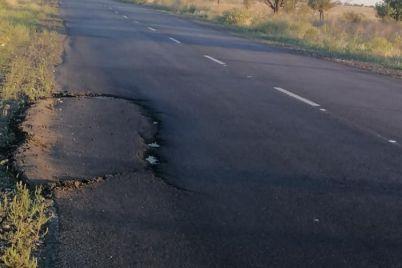 na-zaporozhskoj-trasse-k-moryu-asfalt-vskrylsya-srazu-posle-remonta-fotofakt.jpg