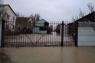 na-zaporozhskom-kurorte-more-zatopilo-desyatki-baz-otdyha-video.jpg