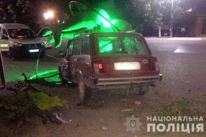 na-zaporozhskom-kurorte-pyanyj-voditel-snes-lavochki-ulichnyj-fonar-i-skulpturu.jpg