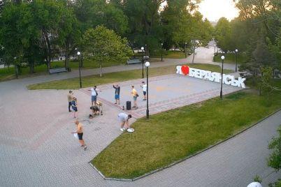 na-zaporozhskom-kurorte-veselaya-kompaniya-ustroila-besporyadok-na-czentralnoj-ploshhadi-goroda-video.jpg