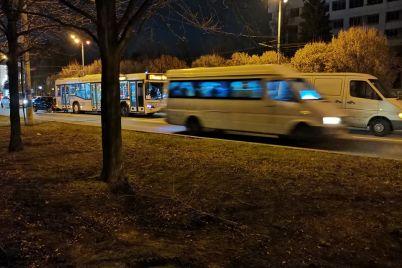 na-zaporozhskom-prospekte-stolknulis-avtobus-i-dve-legkovushki-video-foto.jpg