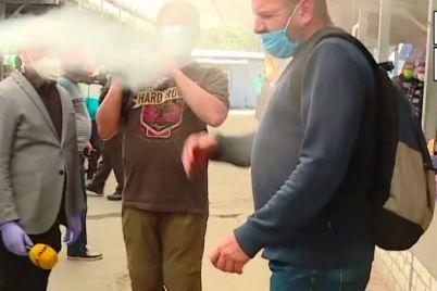 na-zaporozhskom-rynke-na-zhurnalistov-napal-muzhchina-v-hod-poshel-slezotochivyj-gaz-video.jpg