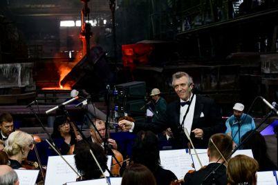 na-zaporozhskom-zavode-vo-vremya-plavki-metalla-igral-simfonicheskij-orkestr-fotoreportazh.jpg
