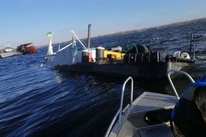 na-zatonuvshej-pod-zaporozhem-barzhe-bylo-1000-t-shhebnya-ekoinspekcziya-otobrala-proby-vody-foto.jpg