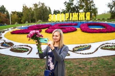 nadpisi-s-podsvetkoj-prazdnichnyj-tort-i-geroi-multfilmov-iz-czvetov-kak-voznesenovskij-park-ukrasili-k-250-letiyu-zaporozhya-fotoreportazh.jpg