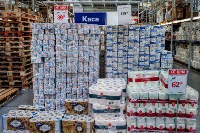 naletaj-toropis-pokupaj-zhivopis-v-zaporozhskom-supermarkete-postroili-piramidu-iz-tualetnoj-bumagi-fotofakt.jpg