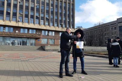 nas-vyzhimayut-kak-limony-okolo-300-predprinimatelej-vyshli-na-miting-pod-steny-zaporozhskoj-oga-fotoreportazh.jpg