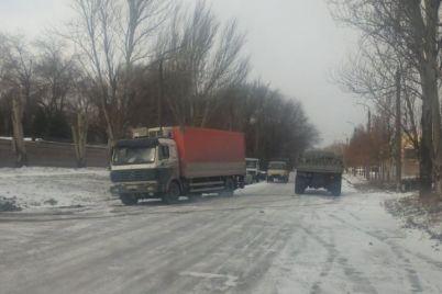 naslidki-negodi-na-dorogah-zaporizkogo-regionu-zastryagli-vantazhivki-ta-legkovi-avtomobili-foto.jpg