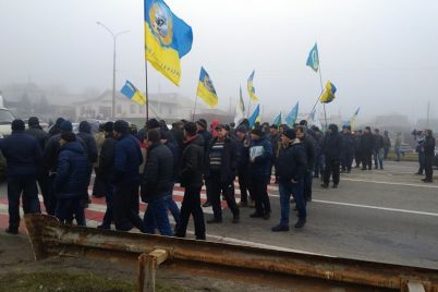 ne-dadim-ukrast-zemlyu-zaporozhskie-agrarii-na-neskolko-chasov-perekryli-trassu-harkov-simferopol-fotoreportazh.jpg