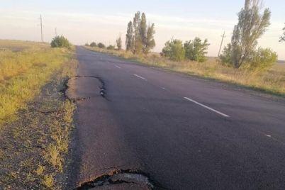 ne-dolgo-proderzhalsya-asfalt-pod-zaporozhem-peregruzhennye-fury-razrushili-dorogu.jpg