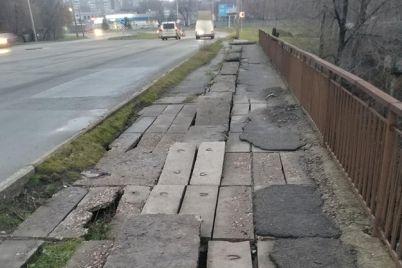 ne-hodi-tam-v-zaporozhe-pod-nogami-peshehodov-razvalivaetsya-most-video.jpg