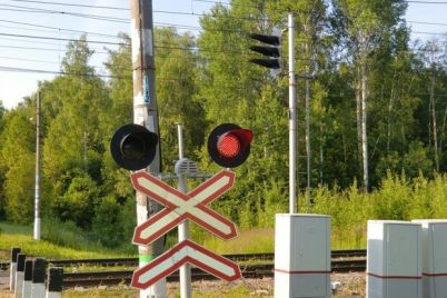 ne-proskochil-v-zaporozhe-lokomotiv-protaranil-mashinu.jpg