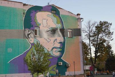 neobychno-v-teatralnom-skvere-zavershili-risovat-mural.jpg