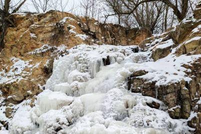 neobychnoe-zrelishhe-v-zaporozhskoj-oblasti-zamerz-vodopad-video.jpg