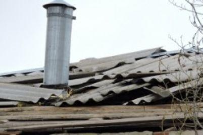 nepogoda-v-zaporozhskoj-oblasti-veter-sorval-kryshu-so-shkoly.jpg