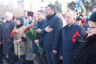 neskolko-soten-zaporozhczev-pochtili-pamyat-pogibshih-voinov-foto.jpg
