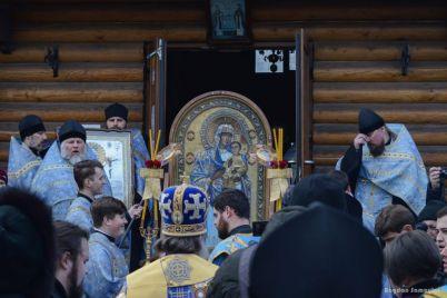neskolko-tysyach-zaporozhczev-proshli-krestnym-hodom-s-chudotvornoj-ikonoj-bozhej-materi-foto.jpg