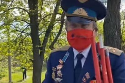 nesmotrya-na-zapret-pod-zaporozhem-muzhchina-hotel-otprazdnovat-den-pobedy-s-krasnymi-flagami.jpg