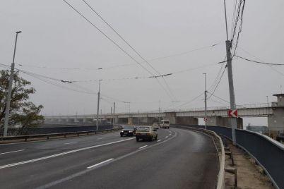 novyj-staryj-remont-doroga-na-plotine-dneproges-nachala-pokryvatsya-latkami-i-treshhinami-foto.jpg