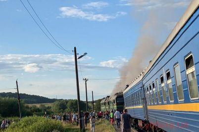 ognetushiteli-ne-spasali-lokomotiv-kotoryj-sledoval-na-zaporozhskij-kurort-zagorelsya-foto-video.jpg