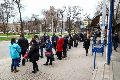 ogromnye-ocheredi-i-shturm-marshrutok-kak-v-zaporozhe-proshel-pervyj-den-transportnogo-lokdauna-foto-video.jpg