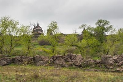 okunis-v-istoriyu-na-horticze-pokazhut-ostatki-stel-s-kladbishha-mennonitov.jpg