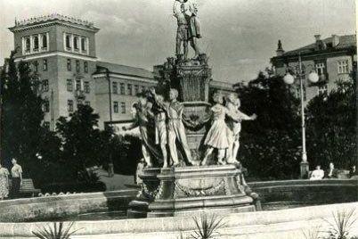 orkestr-tanczi-ta-lyudi-bez-masok-yak-vlada-zaporizhzhya-prezentuvala-onovlenij-skver.jpg