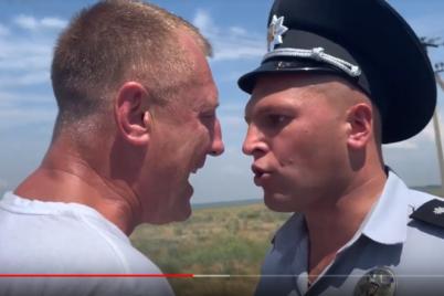 oskandalivshihsya-policzejskih-kotorye-grubo-hamili-voditelyu-v-kirillovke-uvolili-so-sluzhby-v-organah.png