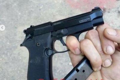 palil-vo-vse-storony-v-zaporozhe-vo-dvore-mnogoetazhki-muzhchina-otkryl-ogon-iz-pistoleta-foto.jpg