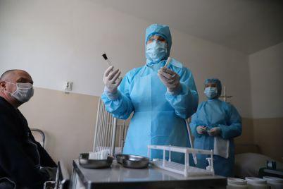 passazhir-s-podozreniem-na-koronavirus-i-mediki-v-protivochumnyh-kostyumah-v-zaporozhskom-aeroportu-proveli-ucheniya-fotoreportazh.jpg