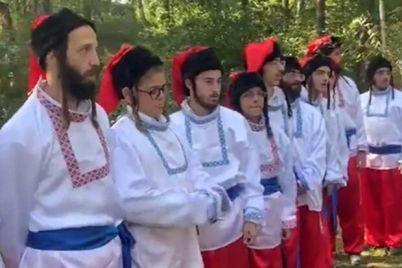 pejsy-i-sharovary-zastryavshie-na-granicze-hasidy-ispolnili-gimn-ukrainy.jpg