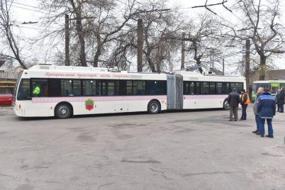pervyj-18-metrovyj-trollejbus-vyshel-na-liniyu-v-zaporozhe-foto.jpg