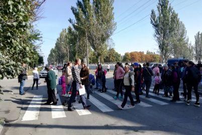 pislya-togo-yak-shkolyarka-potrapila-pid-kolesa-avto-v-zaporizhzhi-perekrili-dorogu-foto.jpg