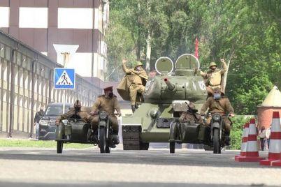 po-zaporozhyu-proehal-tank-s-flagom-i-bojczami-na-brone-foto-video.jpg