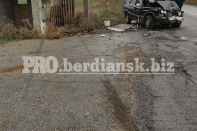 pod-berdyanskom-mashina-vrezalas-v-zabroshennyj-blokpost-voditel-v-bolnicze-foto.jpg
