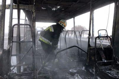 pod-dneprom-na-hodu-zagorelsya-avtobus-s-lyudmi-foto.jpg