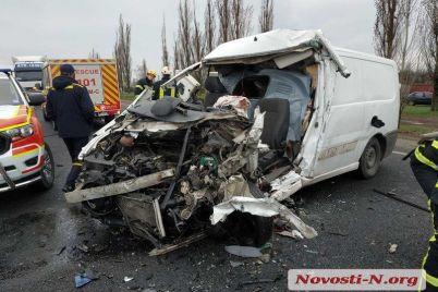 pod-nikolaevom-razbilsya-mikroavtobus-s-telami-umershih-ot-covid-19-zaporozhczev-voditel-pogib-foto-video.jpg
