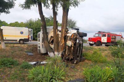 pod-zaporozhem-iz-za-avarii-perevernulsya-gruzovik-odin-chelovek-pogib-dvoe-v-bolnicze-foto.jpg
