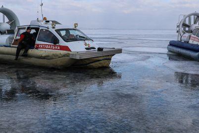 pod-zaporozhem-na-tonkom-ldu-kahovskogo-vodohranilishha-provalilsya-rybak.jpg