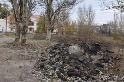 pod-zaporozhem-obnaruzhili-ogromnuyu-svalku-iz-batareek-i-lyuminisczentnyh-lamp-foto.jpg