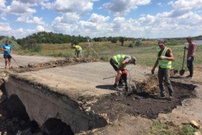 pod-zaporozhem-pristupili-k-remontu-obrushivshegosya-mosta-foto.jpg