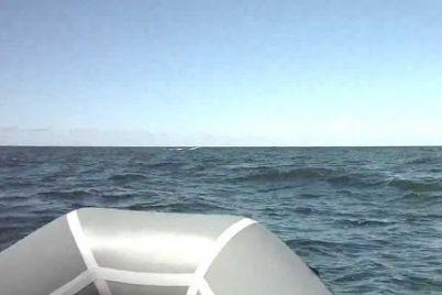pod-zaporozhem-veter-unes-dvuh-rybakov-daleko-ot-berega.jpg
