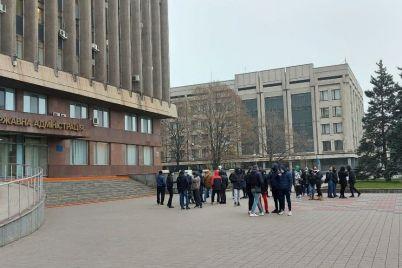 pod-zdaniyam-zaporozhskogo-oblsoveta-sobirayutsya-na-miting-molodye-lyudi-s-pokryshkami-foto.jpg