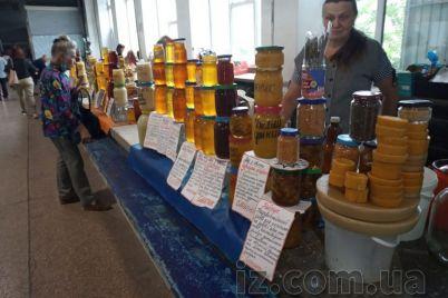 pokupateli-v-ochered-ne-vystraivayutsya-pochem-myod-na-zaporozhskom-rynke.jpg