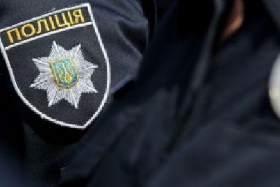 policzejskij-izuyal-vo-vremya-nezakonnogo-obyska-v-kafe-partiyu-alkogolya.jpg
