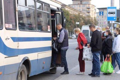 polovina-sidyachih-mest-zaporozhczy-stoyat-v-ocheredyah-na-ostanovkah-foto-video.jpg