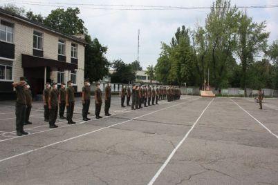 poluchite-i-raspishites-v-zaporozhskoj-chasti-razdali-oruzhie-foto.jpg