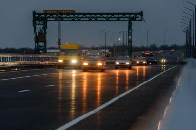 polzuetsya-sprosom-na-zaporozhskom-mostu-kipit-zhizn-foto.jpg