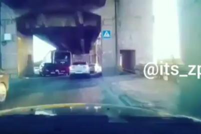 poyavilos-video-dtp-na-mostu-preobrazhenskogo-iz-za-kotorogo-obrazovalas-probka.png